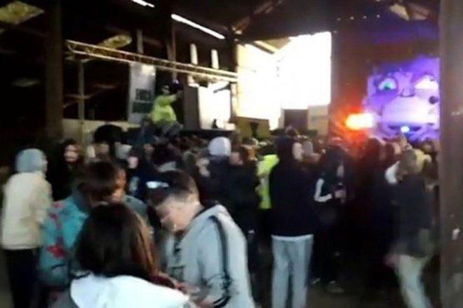 La policía permitió que una rave ilegal con 700 personas continuara durante 12 horas